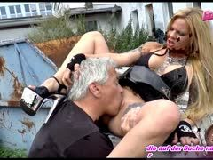 Outdoor Sex mit deutscher Tattooblondine